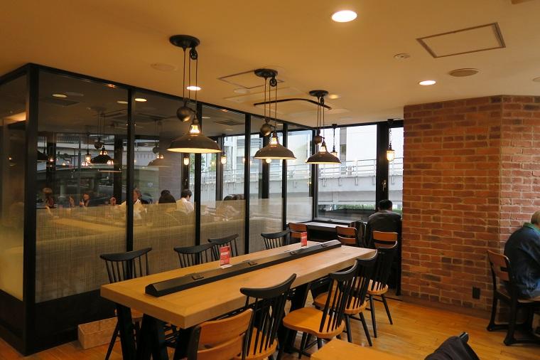 ↑店内は全90席。オフィス街の店舗ということで、広めの喫煙席(36席)やモバイル端末充電用のコンセント(一部)も完備していま