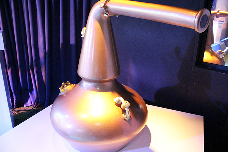 ↑ウイスキーづくりに欠かせない蒸留器のミニチュア。ザ・グレンリベットで使われている蒸留器は、首の根元がすぼまっているのが特徴で、この形がフルーティーさの秘密