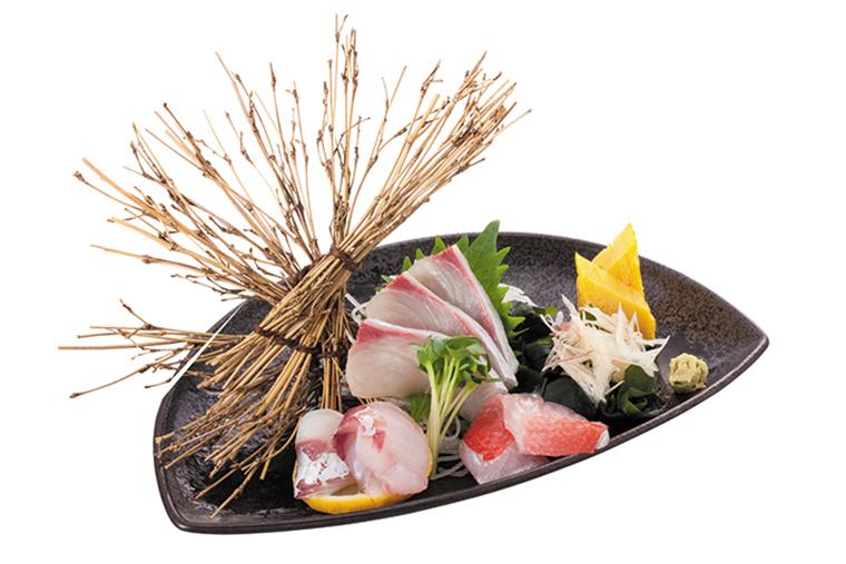 ↑本日の鮮魚3点盛り(734円) 産地直送の日替わり 旬魚を使った刺身盛 り。日本酒との相性 がよく、つまみのな かで特に人気が高い。