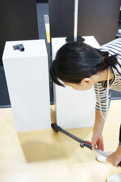 ↑付属のブラシは2種類。隙間&ブラシのコンビネーションノズルと、小型のT字をしたステアツール。ステアツールは床面などにこびりついた少し手強いホコリなどを掻き取るもの。いずれも本体背面に収納します