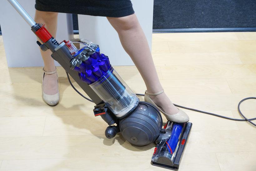 ↑使う時は最初にヘッドを足で抑え、本体を傾けてロック解除。ロックすれば自立させられるので収納時やちょっと手を離したいときなどに便利