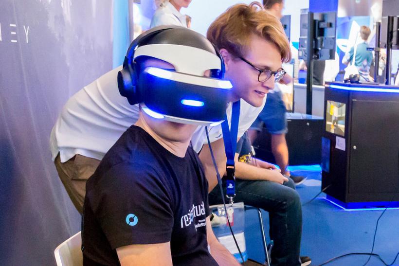 画像出典:Marco Verch / PlayStation VR (from Flickr, CC BY 2.0)