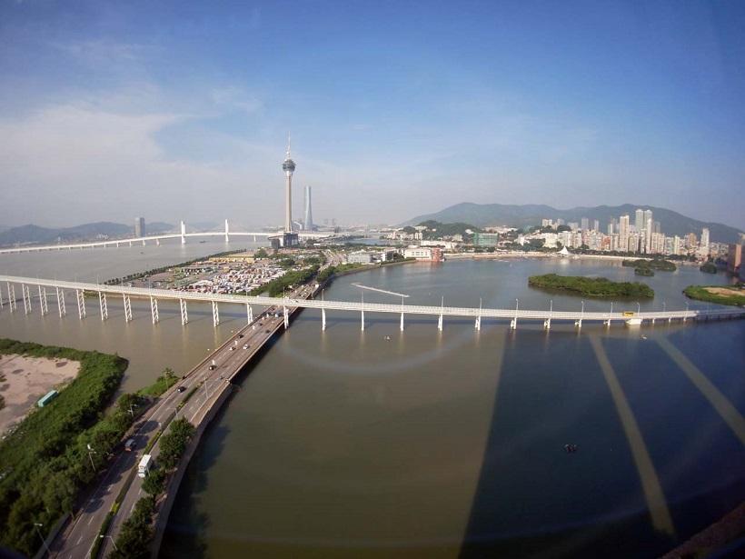 ↑マンダリン・オリエント・マカオ・ホテルからの風景。3本の橋のうち2本が見えた