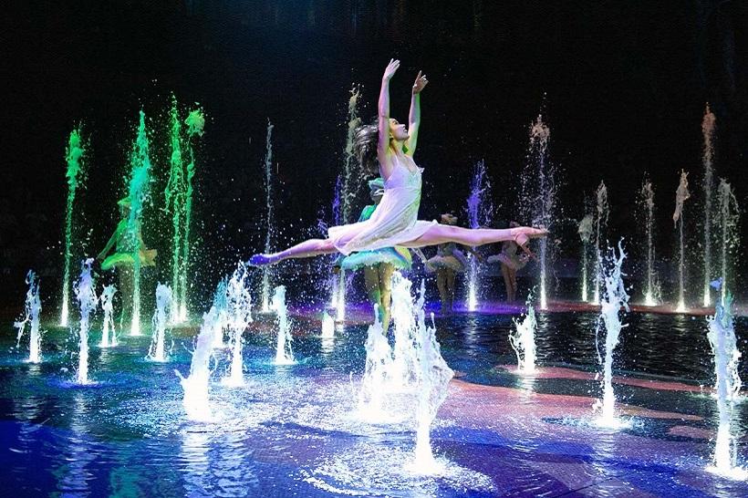 ↑世界屈指の水上エンターテイメント「ザ・ハウス・オブ・ダンシング・ウォーター」はチケットが取りにくい人気ぶり
