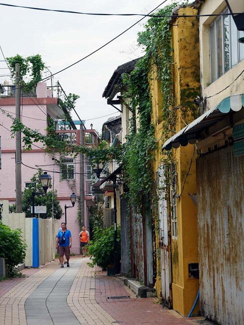↑のどかな昔ながらの街並みが軒を連ねるコロアン界隈