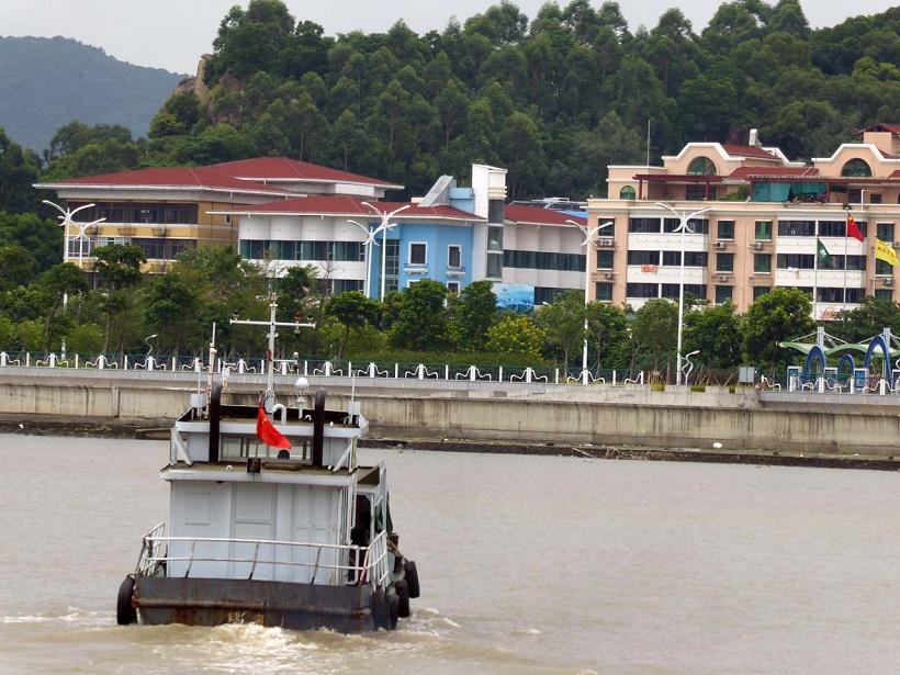 ↑船で対岸に渡ればそこは中国・珠海市だ