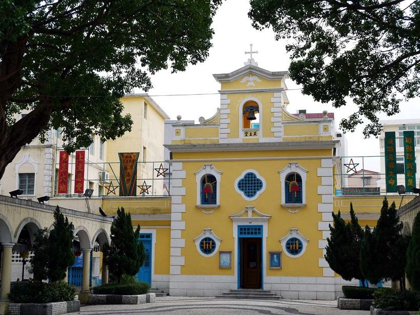 ↑海に面した小さな広場には「聖フランシスコ・ザビエル教会」がある