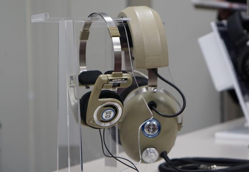 ↑ヘッドホン「PRO/4AA」(奥)のカラーを採用