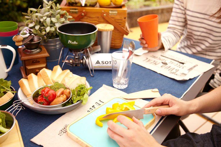 ↑鍋「リッケ/miniおそとパン」¥5,400、カップ「リッケ/木のふた付おそとカップ」¥4,320、シェラカップ「リッケ/目盛り付シェラカップ」¥1,404、まな板「リッケ/シートまな板と木のプレート」¥3,240、包丁「リッケ/フィールドナイフ」¥4,320/すべて和平フレイズ