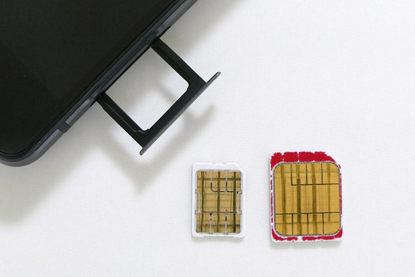 ↑スマホの電話番号などを登録しているICカードのことを「SIMカード」という。大手キャリアで契約したスマホにもセットされている。スマホ向けには、ナノ(左)、マイクロ(右)の2サイズがある