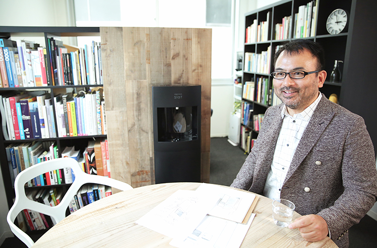 ↑国内外で数多くの賞に輝く、世界的なプロダクト・デザイナーの安積 伸さん。現在は法政大学のデザイン工学部で教授としても活躍しています