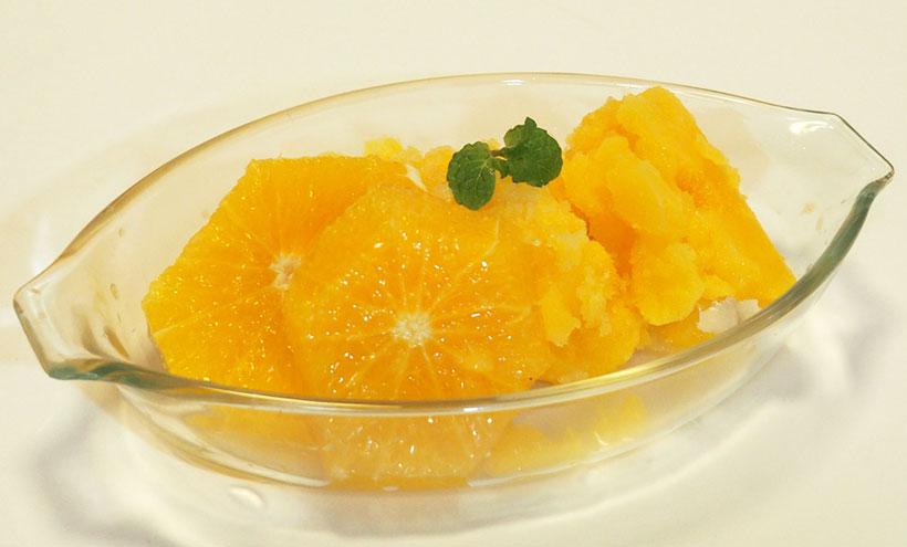 ↑ジュースを入れて「シャーベット」ボタンを押すだけでシャーベットの出来上がり。自分で果物を絞って作れば、天然100%果汁の高級シャーベットも作れます