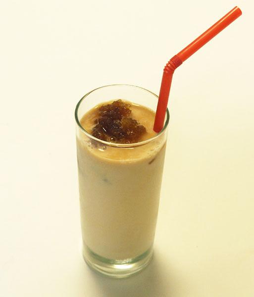 ↑コーヒーのシャーベットに牛乳を混ぜてラテに。コーヒーは砂糖を入れて作ったほうが、うまくシャーベット状に仕上がります。無糖だと失敗することもあるので注意