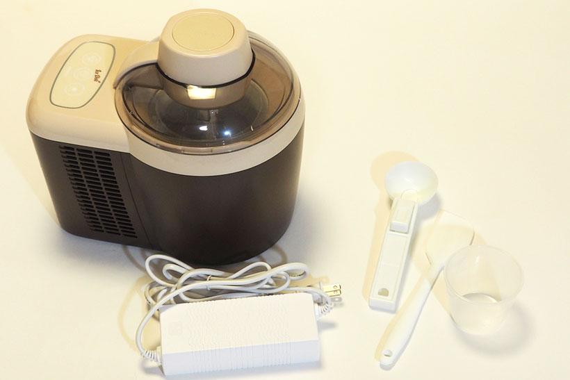 ↑食材をポッドに投入し、ボタンを押すだけでアイスクリームが作れるアイスデリ。投入できる食材は最大約300ccまで。アイスをすくうスクープやヘラなども付属します
