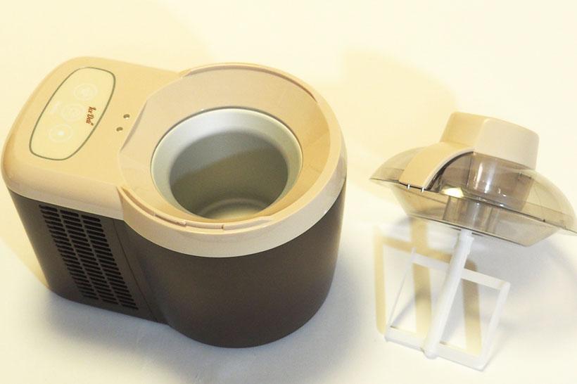 フタにはモーターと攪拌部である回転羽根を搭載。金属の保冷ポットに食材を入れ、フタを閉めると食材を冷やしながらかく拌を始めます