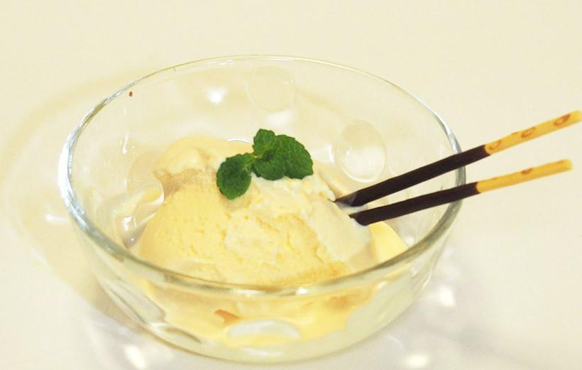↑牛乳、生クリーム、卵黄、砂糖だけで、牧場のアイスクリームのように濃厚で高級な滑らかさのアイスが完成