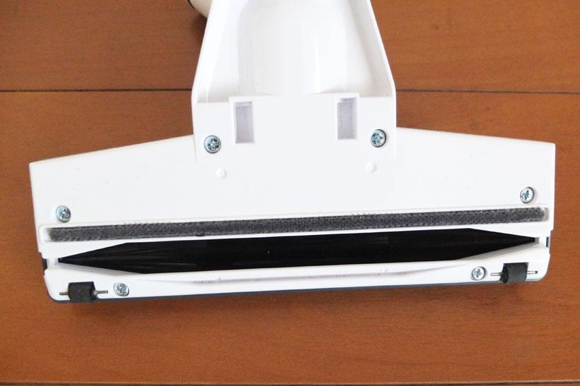 ↑付属のヘッドにはブラシは搭載せず、ファンモーターの風圧のみでゴミを吸引。吸気口の後ろには吸引しきれなかったホコリをキャッチするフェルト素材のバーがあります