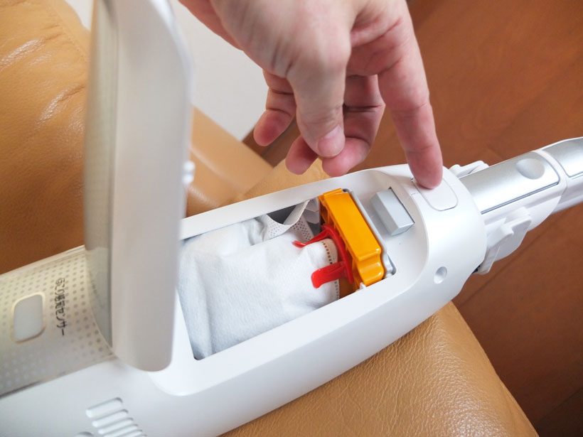 ↑本体前方のボタンを押してカバーが開けば、紙パックが出現