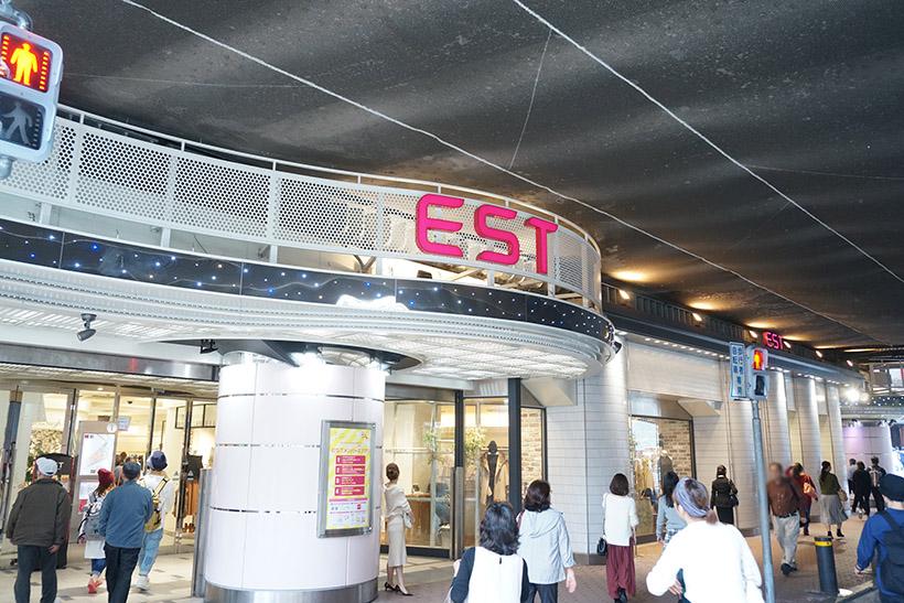 ↑阪急梅田駅から徒歩3分、JR大阪駅から徒歩5分の場所に位置するファッションモール「EST」