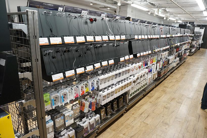 ↑広々とした店内。所狭しと商品が陳列されていますが、通路が広めに設計されているため、ゆったりとショッピングが楽しめます