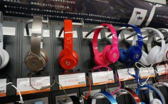 ↑ファッションモールに店舗を構えるだけあって、カラフルなヘッドフォンが目をひく場所にズラリと並べられています