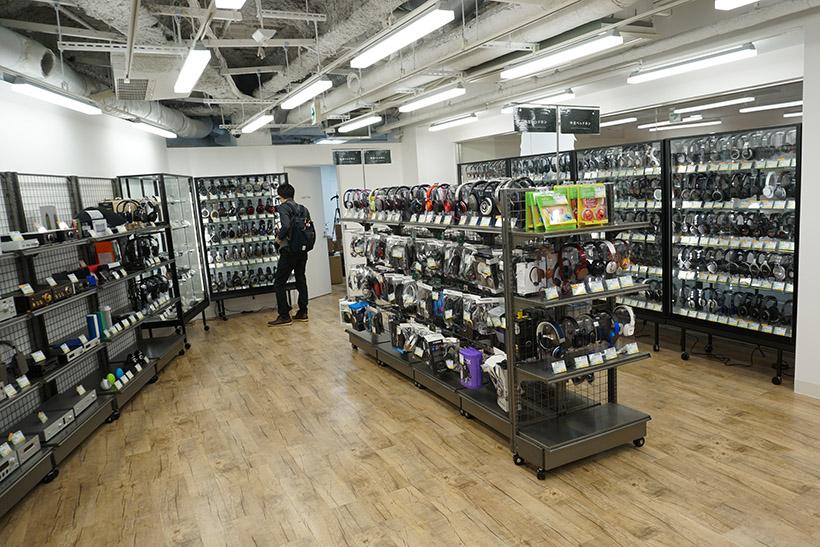 ↑店内には中古品コーナーも併設されています。イヤホンやヘッドフォンだけでなく、オーディオプレイヤーやポータブルアンプなどの中古品も購入できます