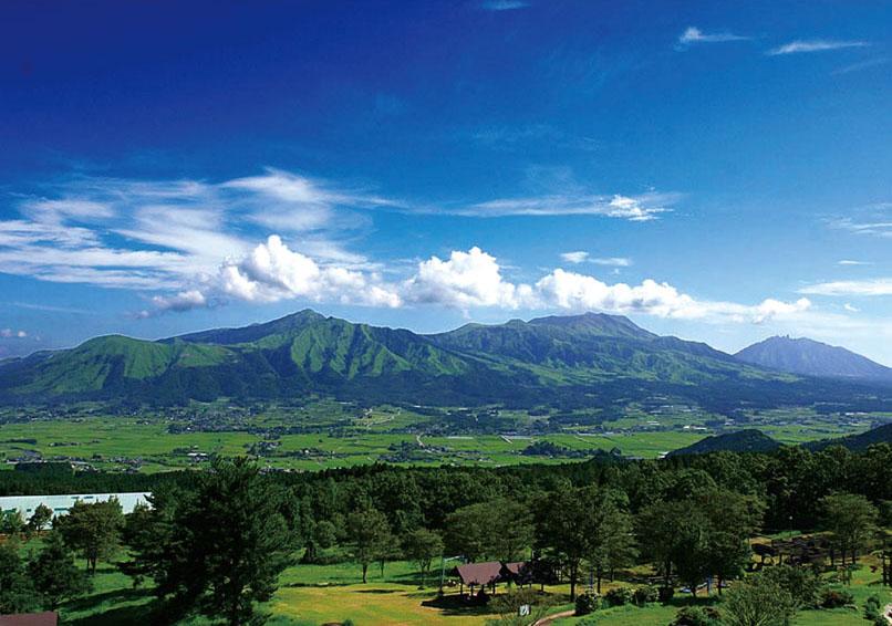 ↑阿蘇カルデラ南部に位置する熊本県南阿蘇村も採水地のひとつ。その水は多くのミネラルを含み、やわらかく優しい味わい