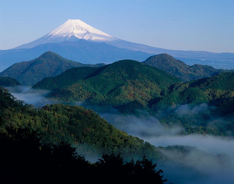↑プレミアムウォーターの採水地は富士山の山麓の富士吉田市。湧き出る水は、富士山麓の地下約200メートルにある「玄武岩地層」によって60年以上もの長い年月をかけてじっくりろ過されたもの