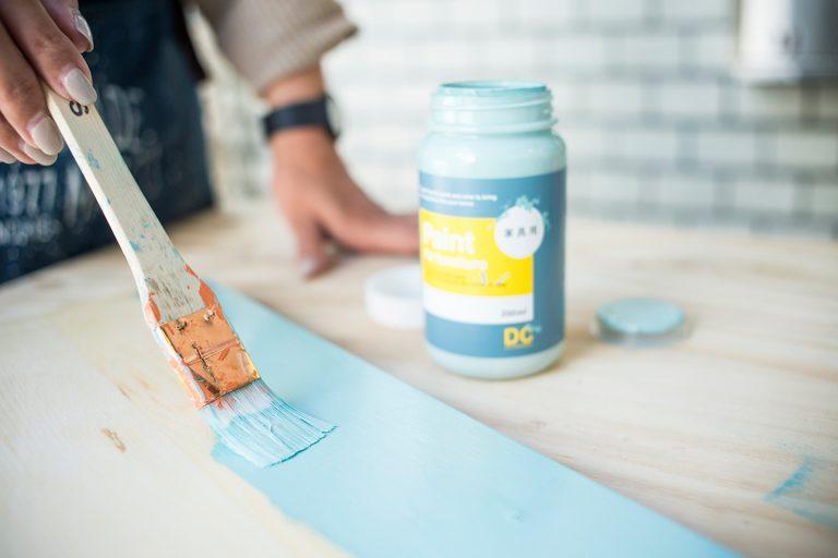 ↑各部を塗り終えたら、風通しの良い場所などで乾燥。塗料にもよるけれど、目安は晴れの日で1〜2時間。塗料が完全に乾ききったら次の工程へ