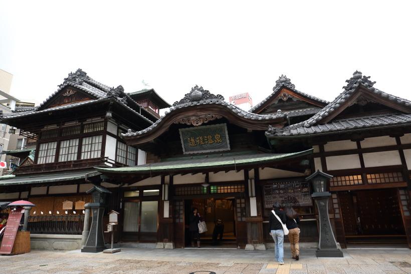 ↑松山市の名物・道後温泉本館は1894年の開業。小説「坊っちゃん」にもその魅力が描かれている