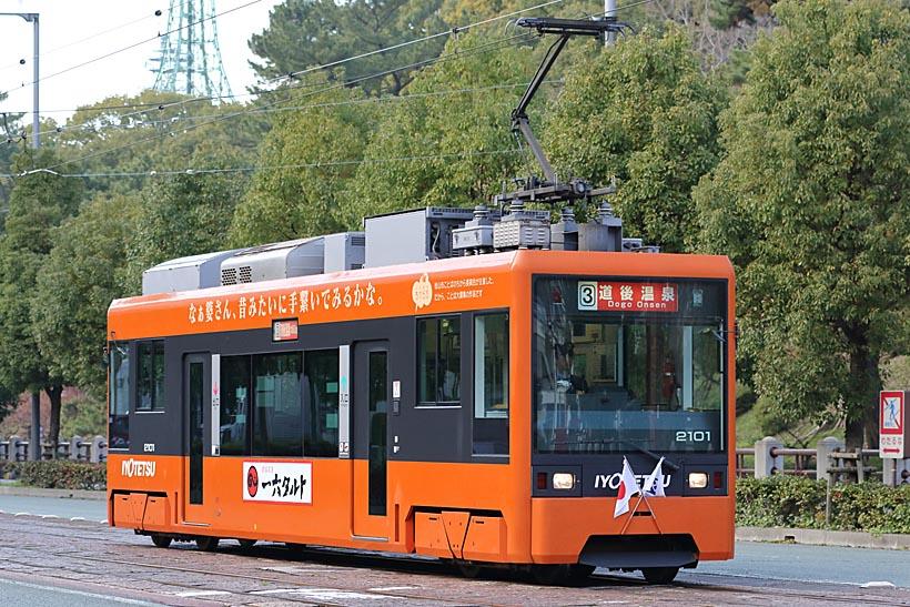 ↑伊予鉄塗装に塗られたモハ2100形。愛媛県特産のミカンを彷彿させるオレンジ色が華やか