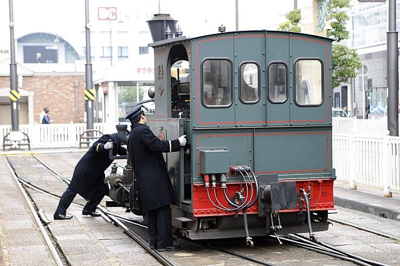 ↑線路下に転換装置があり機関車を回転させる。道後温泉ほかに松山市、古町でも回転作業が行われる