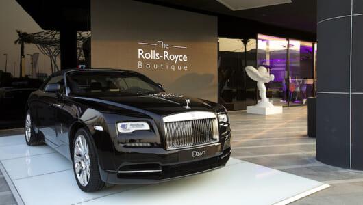 """ロールス・ロイスがドバイにオープンした""""ブティック""""がスゴい! これが超高級車のショールームだ!"""