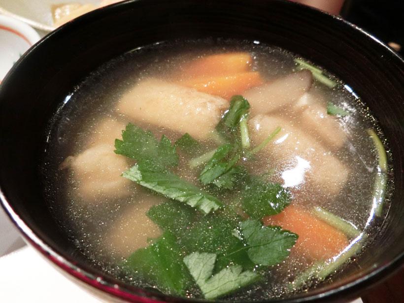 ↑サトイモをはじめ大きな根菜類がゴロゴロと入った「けんちん汁」。それぞれの食材の風味が際立ち、鰹と干シイタケのお出汁が効いています