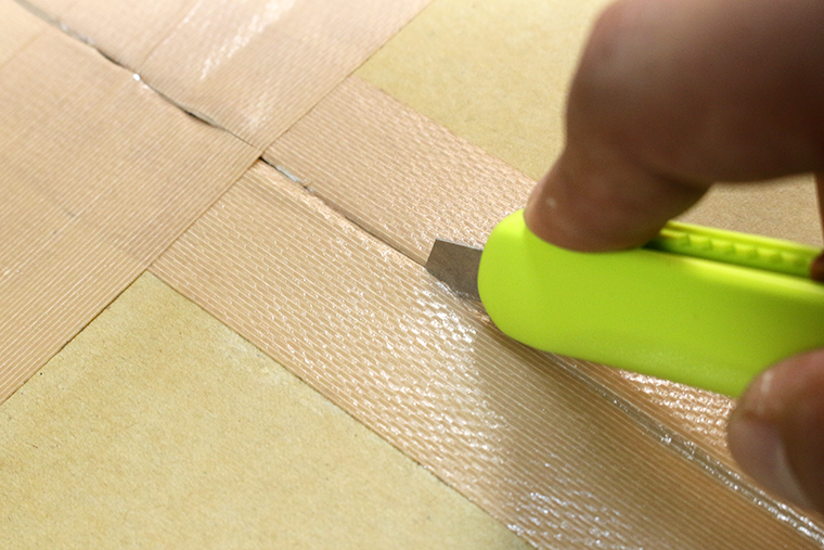↑ベタベタするガムテープを切っても粘着材が刃に付着しない