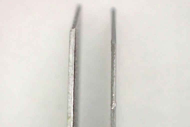 ↑顕微鏡で拡大した刃の写真。左がオランテ刃(0.5㎜厚)で、右が一般的なS刃(0.38㎜)。あきらかに違う