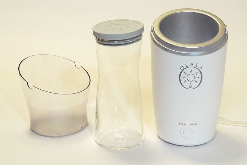 ↑付属ボトル(中央)に材料を入れ、本体(右)にセットしてカバー(左)を装着します。ボトルは満水容量が1.6L。とはいえ、基本的には700ml以上は入れてはいけないようです
