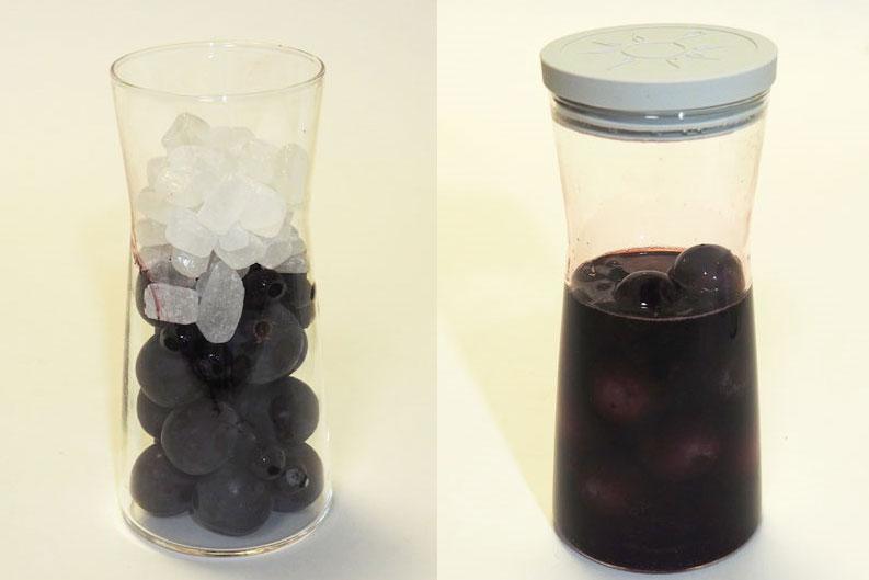 ↑ブドウとブルーベリー、氷砂糖で調理。濃厚な色の果実酢が出来上りました。酸味はありますが、フルーツの香りで飲みやすい味です
