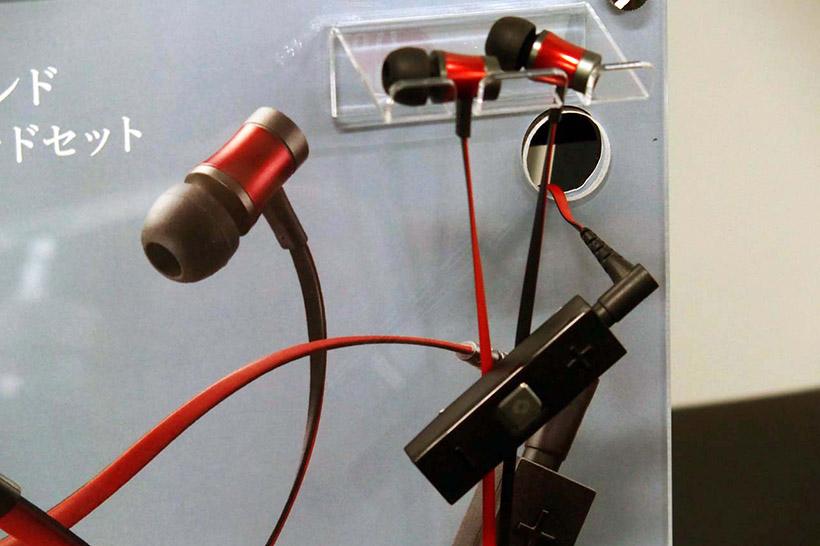 ↑WS-3000のレッド。SE-1000と同じフラットタイプのケーブルを採用しながら、セパレーションを高めるために新たに4芯独立構造とした