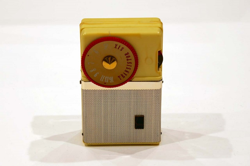 """↑世界最小のトランジスタラジオは1957年の発売。""""ポケッタブル(ラジオ)""""との愛称でソニーが世界へ打って出るきっかけとなった製品"""