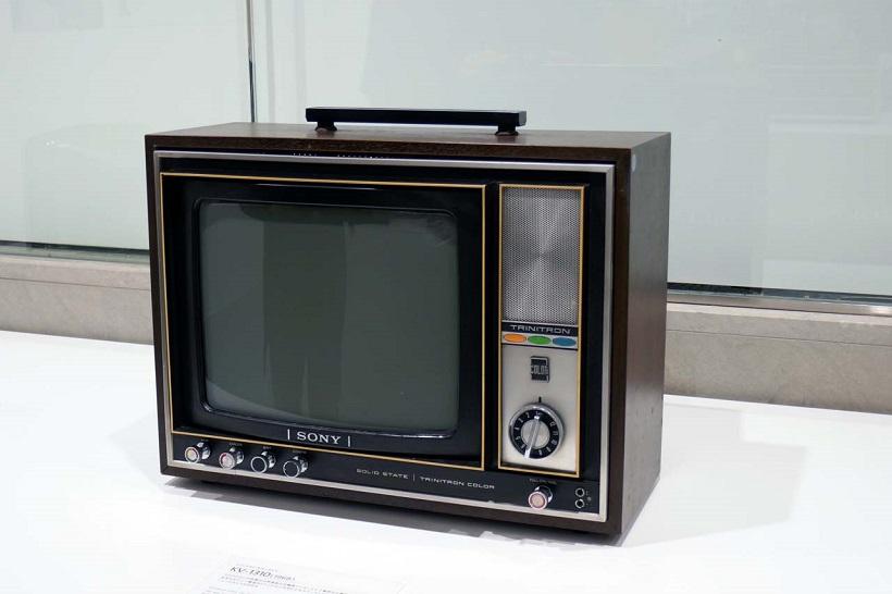 ↑独自方式のカラーTV方式「トリニトロン」を採用した第1号モデル。発表会は銀座ソニービルで行われた