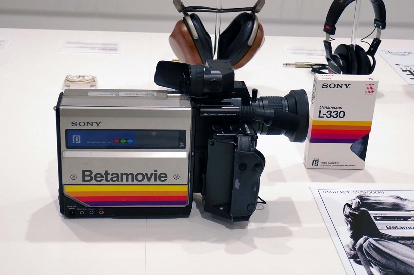 ↑カメラ一体型ビデオレコーダーとして1983年に商品化された「ベータムービー」の第1号機。当時の世界最小・最軽量を実現して話題を呼んだ