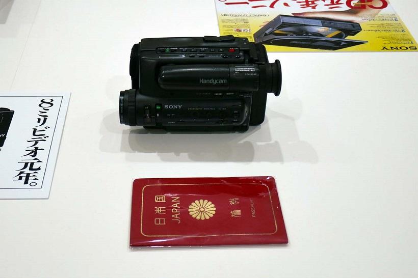 """↑当時は今よりも少し大きかった""""パスポートサイズ""""に投影面積でほぼ同寸サイズを実現て人気をさらった8mmビデオカメラ「CCD-TR55」"""