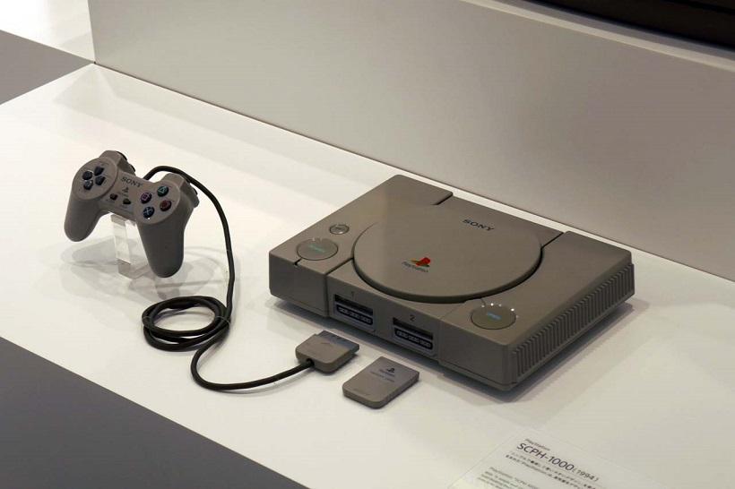 ↑ご存知「プレイステーション」の第1号機。ソニーがゲーム界に本格参入するきっかけとなった。会場にはコントローラーを模したセットの中に歴代モデルが並ぶ