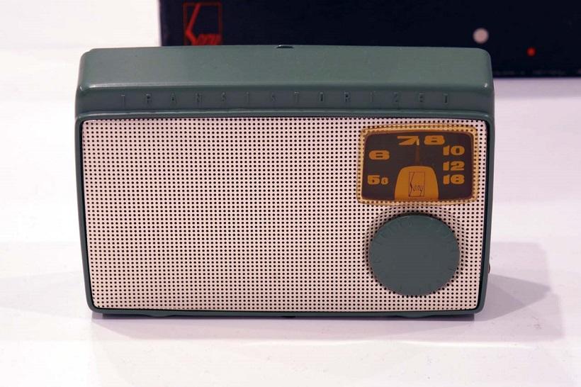 ↑1955年に発売された日本初のトランジスタラジオ「TR-55」。この製品以降、「SONY」のロゴマークが全製品に入れられるようになった