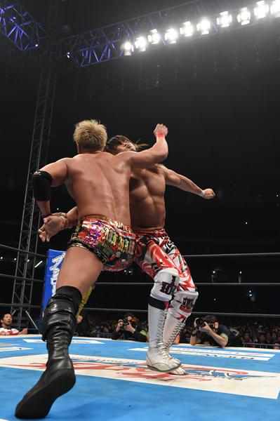 ↑フィニッシュホールド、レインメーカーを決める ©新日本プロレス