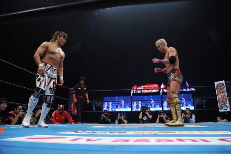 ↑棚橋選手と対峙するオカダ選手 ©新日本プロレス