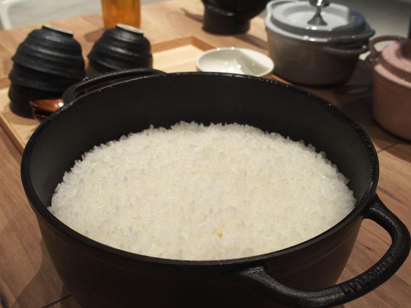 ↑鍋のフタを開けた直後の様子。ご飯粒がふっくらと立っていてカニ穴ができているのが分かります