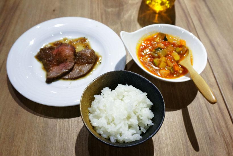 ↑ミネストローネとローストビーフをおかずにご飯を試食。もはや試食の域を超えた贅沢ランチ!