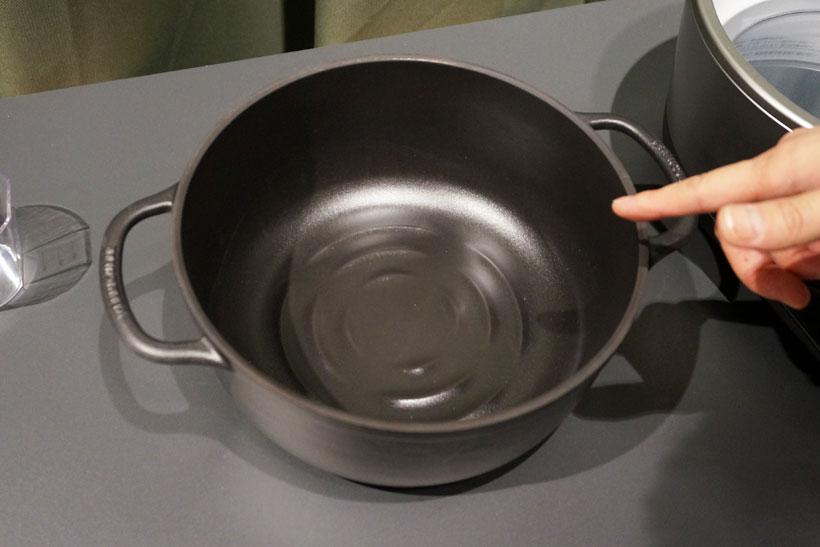 ↑鍋の底には「リブ」と呼ばれる隆起があります。従来製品は隆起を線状に配置していますが、ライスポットの鍋はしゃもじでご飯がすくいやすく、お手入れもしやすいよう、水紋のような同心円状に配置されています